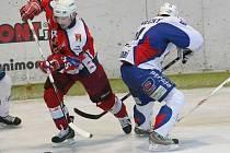 Přestřelka. Hokejisté Havlíčkova Brodu (vlevo Vladislav Kubeš) na domácím ledě nestačili na Vrchlabí.
