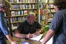 Bohuslav Trojan podepisoval svoji novou knihu Čáslavický fotbal byl, je a bude. Kniha z pera čáslavického rodáka vychází ve dnech, kdy obec slaví 90. výročí tamní kopané.