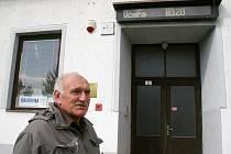 Tento dozimetr je veřejně přístupný na jedné z obecních budov ve Slavěticích, dva kilometry od areálu dukovanské elektrárny. Slavětický starosta Jan Drexler se na něj chodí dívat pravidelně. Naměřené hodnoty nevybočují z norem.
