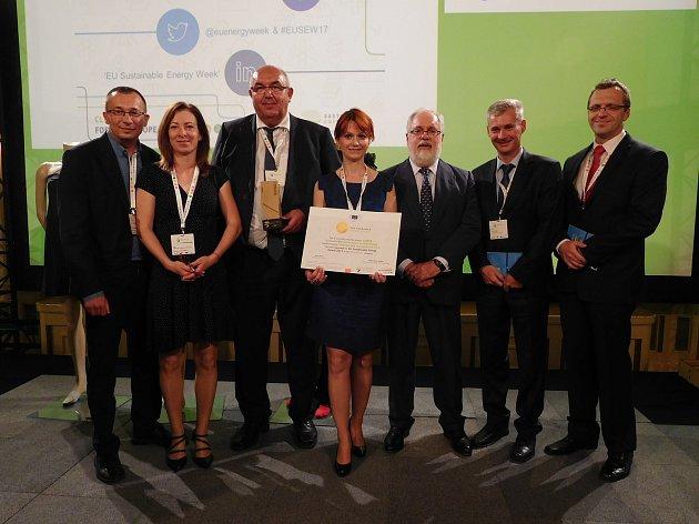 Richard Horký (třetí zleva) se svými slovenskými partnery a eurokomisařem pro oblast klimatu a energetiky Miguelem Ariasem Cañetem (třetí zprava).