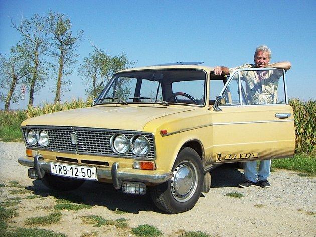 Jaroslav Houžvička zakoupil svůj VAZ 2103 v roce 1977 a opatruje jej dodnes. Autu se chystá dát nový lak.