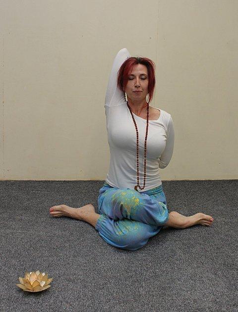 """Světlana Svobodová je instruktorkou jógy vTřebíči. Vyučuje hathajógu. Hathajóga je prý prababičkou všech jóg. Dokáže vytvořit rovnováhu vtěle, pomáhá ke snížení stresu. """"Jóga není obyčejný tělocvik, jóga se má praktikovat. Pracujeme sdechem, koncentrac"""