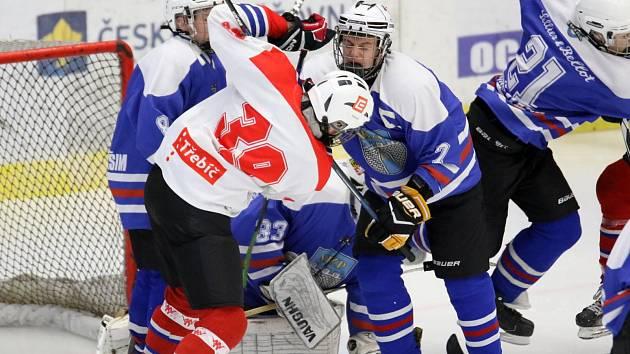 Podobně jako v Třebíči (na snímku v bílém) padlo hodně gólů i ve Vlašimi, tentokrát 19.