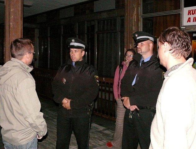 Reportér David Macháček hovoří se strážníky.