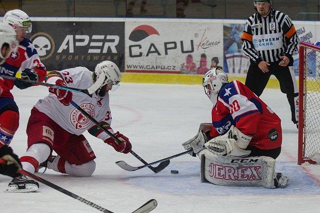 Třebíčští hokejisté (včervenomodrých dresech) na svém ledě podlehli Slavii 2:4 a do čtvrtfinále play-off Chance ligy se nepodívají. Sezona jim končí!