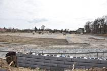 V areálu vzniká i víceúčelové hřiště. Hotové bude letos v červenci. V budoucnu by jej doplnil kulturní dům.