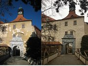 Vstupní křídlo náměšťského zámku před opravou a po ní.