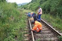 Poškozená trať Jihlava - Okříšky: Odřezávání poškozených šroubů.