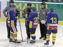 Loni přicestovali hokejisté Jindřichova Hradce s deseti hráči do pole, tento počet po dvou třetinách klesl a utkání se nedohrálo. Tentokrát si Jihočeši pro nedostatečný počet hráčů požádali o odložení zápasu.
