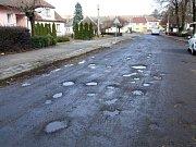 OPATOV. Opatovský ementál se dočká pouze provizorních oprav. Nová krajská silnice závisí na hotových obrubnících. Ty budou zřejmě příští rok.