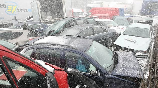 Před dvěma lety na největší dopravní tepně v České republice uvízly tisíce lidí. Dálnice byla uzavřena přibližně 17 hodin a při všech nehodách bylo poškozeno 231 vozidel.