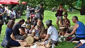 Třebíčský zámek nabídl bubenická vystoupení, pletení copánků a také africké ovoce a další speciality.