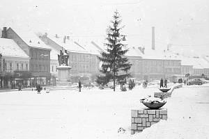 Vánoční strom na Karlově náměstí v Třebíči v roce 1969.