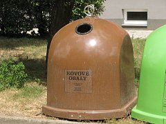 Kontejnery na kovové obaly jsou odlišené hnědou barvou a jsou určené pro malé kovy.
