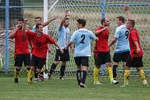 Fotbalisté Koutů (v červeném) v premiéře krajského přeboru. Ta jim ovšem doma zhořkla, jelikož si Košetice odvezly výhru 2:1.