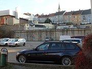 Proluka v Otmarově ulici, kde měl stát parkovací dům. Za ní je vidět parkoviště u zimního stadionu.