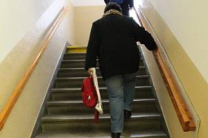 Návštěva hlavní pošty v Třebíči je pro handicapované lidi utrpením.