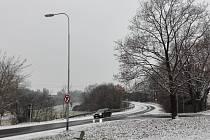 V zatáčce při vjezdu ze Starče do Třebíče musí být řidiči velmi opatrní.