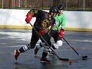 Třebíčští hokejbalisté (ve černožlutém) navázali na vítězství ze hřiště tišnovských Titánů.