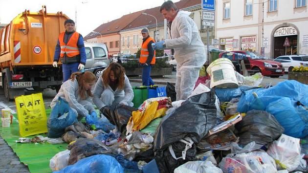 Místostarosta Jan Kocáb a zaměstnanci radnice třídí odpad na náměstí v Moravských Budějovicích.
