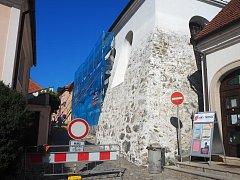 Zadní synagoga v Třebíči dostává novou fasádu.