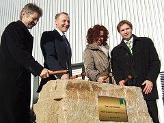 Na základní kámen u budoucí haly poklepali představitelé firmy i zástupci regionu.
