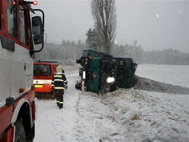 Ke zranění došlo při nehodě, která ve čtvrtek dopoledne zablokovala silnici nedaleko železničního přejezdu ve Starči na Třebíčsku.