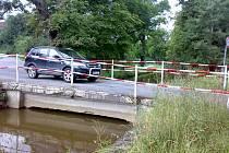 Sto třicet šest aut projede Poušovem za hodinu; to je více než dvě auta za minutu. Úzká silnice není na takový provoz stavěná.