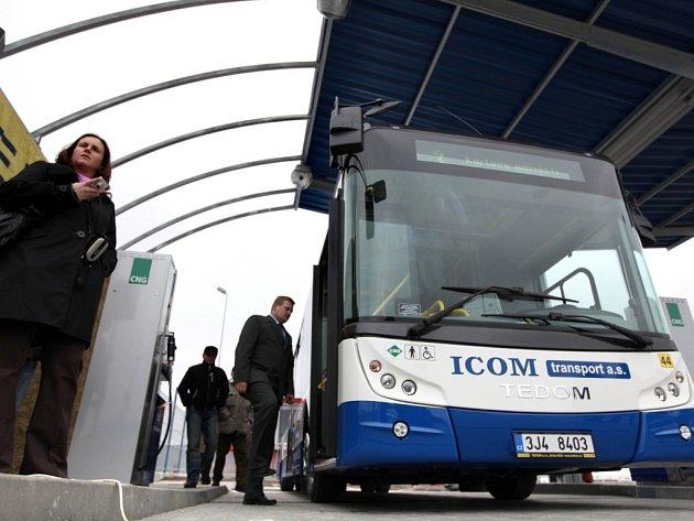 Nová plnicí stanice CNG v Třebíči od včerejška nabízí non–stop své služby i veřejnosti. Druhý stojan je pro osobní vozy.