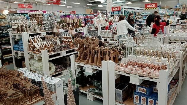 Supermarkety už nabízejí i vánoční dekorace