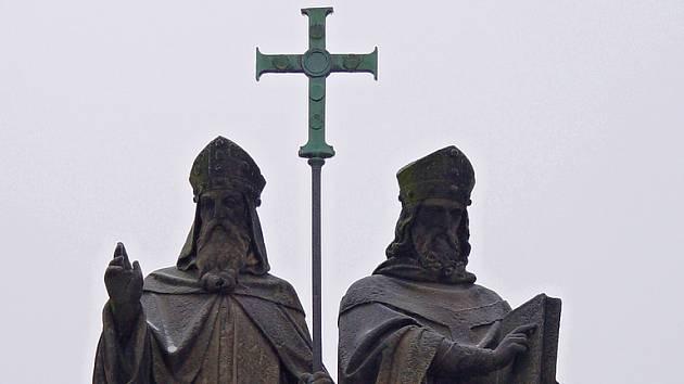 Sousoší sv. Cyrila a Metoděje na Karlově náměstí v Třebíči.