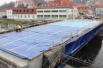 Nový most přes řeku Jihlavu spojující centrum Třebíče s jeho nejcennějšími památkami by měl stát do konce dubna příštího roku.