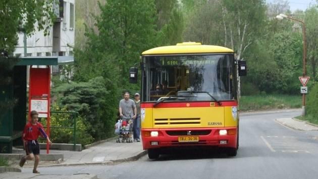 Naštěstí nejede kamion. Řidiči autobusů se v Revoluční ulici musejí často vyhýbat kamionům a nákladním vozům.