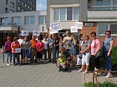 Odpůrci hlubinného úložiště jaderného odpadu ze Spolku SOS Na Skalním čekají v Třebíči na příjezd vlády v demisi.