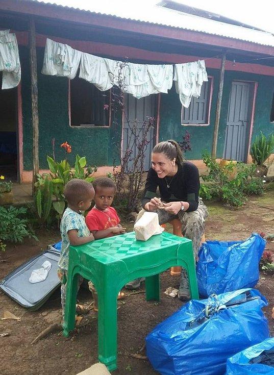 První autorka práce Jarmila Krásová kombinuje výzkum drobných savců v terénu. Na snímku během výzkumu v jižní Etiopii.