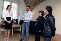 Studenty z Velké Británie a Španělska, kteří jsou v rámci vzdělávacího programu Comenius na návštěvě Třebíče, přivítali ve čtvrtek v aule Katolického gymnázia Třebíč miss Jitka Válková, zástupce ředitele Karel Rymeš a koordinátor projektu Lukáš Dvořák.