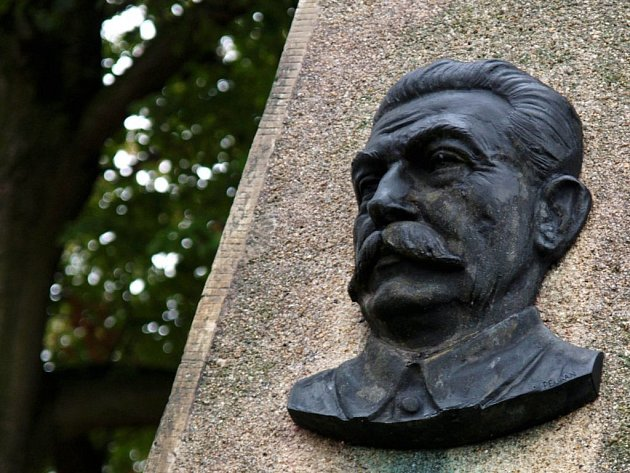 Busta Stalina na pomníku ve Studenci.