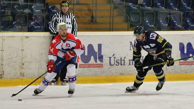 Třebíčští hokejisté (v bílém) slaví další výhru. V Kadani se jim povedlo otočit skóre a zvítězit 3:1.
