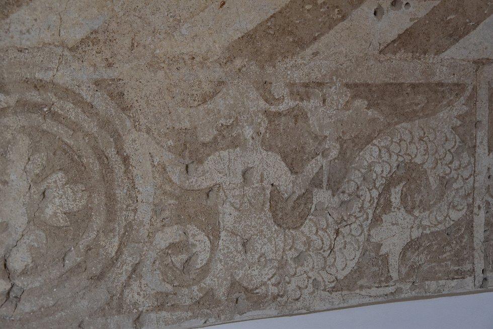 Sgrafita na zámku v Okříškách mají italský motiv mořských panen.