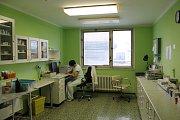 Panelák staré chirurgie (CH) v Nemocnici Třebíč - funguje už jen jedno z oddělení LDN. I to se bude do dvou týdnů stěhovat.
