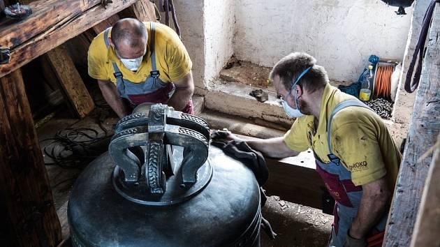 Specialisté z Brodku u Přerova opravují zvon na věži moravskobudějovického kostela sv. Jiljí.