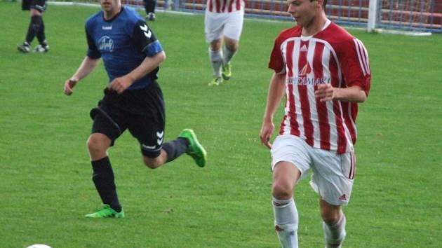 Okříšky (ve bíločerveném) po vítězství nad Přibyslaví (na snímku) dnes v dalším domácím utkání hostí Čáslavice-Sádek..