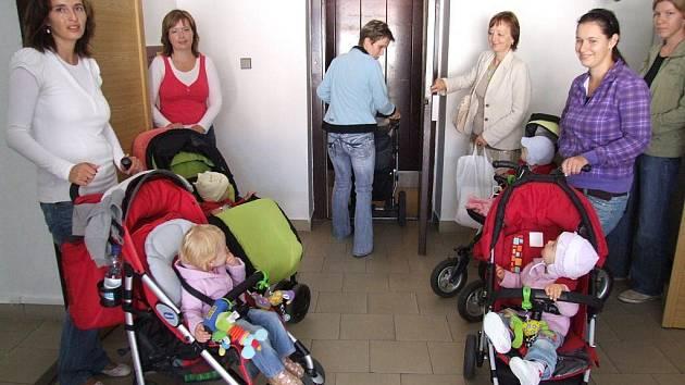 Jak se jezdí maminkám s kočárkem po městě? Šest se jich v pondělí vydalo ve skupince vyzkoušet nástrahy budov, ulic i autobusů.