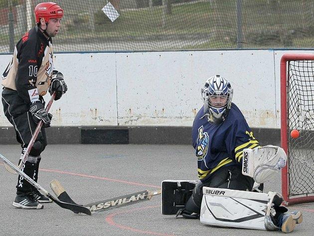 Hokejbalisté přibyslavické Slzy (vlevo) na domácím hřišti nastříleli dobře hrajícímu nováčkovi z Tišnova celkem deset branek.