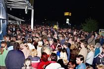 Čtvrtek 21.45. Ve tmě před supermarketem Hypernova na jižním okraji Třebíče se mačkají stovky lidí.
