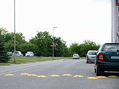 Řidiči v Moravských Budějovicích zápasí se zpomalovacími prahy jak se dá. V ulici Jechova někteří neváhají vjet na chodník, aby se retardérům vyhnuli.