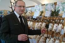 Jaroslav Kotrba z odboru životního prostředí Městského úřadu v Moravských Budějovicích přibližuje trofej srnce, která v hodnocení mohutnosti dosáhla na stříbrnou medaili.