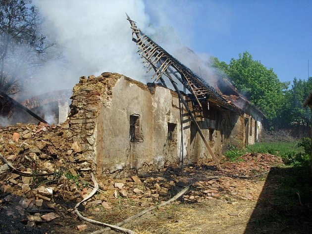 Požár hospodářské budovy a poblíž stojícího stromu zburcoval osm hasičských jednotek.