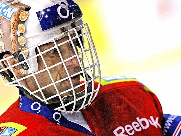 Olympijský vítěz z Nagana i držitel prstenu za vítězství ve Stanleyově poháru Dominik Hašek se ve čtvrtek na třebíčském zimním stadionu oháněl, co mohl.
