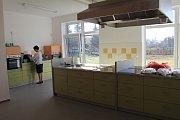 V Třebíči se uskutečnilo slavnostní otevření nového azylového domu ve Vltavínské ulici. Součástí zařízení je i cvičná kuchyně, kde se klienti a klientky budou moci učit vařit.